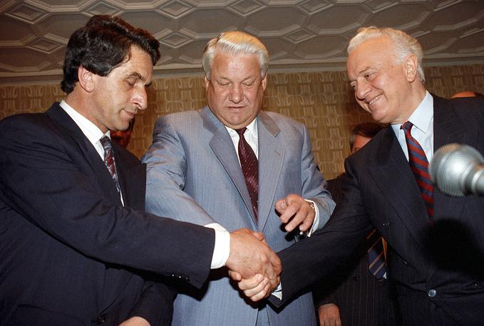 Председатель Верховного совета Абхазии Владислав Ардзинба, президент РФ Борис Ельцин и председатель Госсовета Грузии Эдуард Шеварднадзе после завершения встречи по урегулированию конфликта между Грузией и Абхазией, Москва, 1992 год