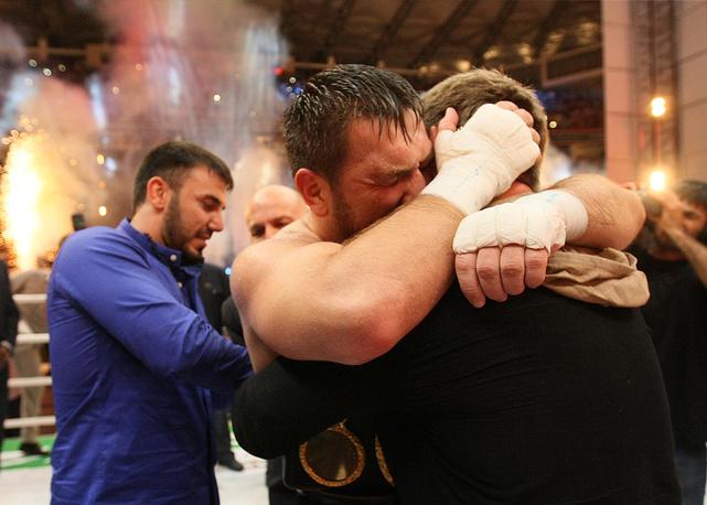 Глава Чечни Рамзан Кадыров поздравляет Руслана Чагаева с победой