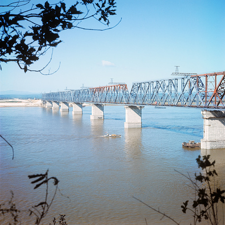 В 350 км к востоку от Тынды находится одна из бамовских достопримечательностей - Верхнезейский мост через реку Зею, точнее, через Зейское водохранилище. Длина моста - 1073 м. Это один из крупнейших мостов на магистрали, длиннее только мост через Амур у Комсомольска