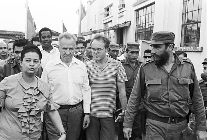Председатель Совета Министров СССР Алексей Косыгин (на первом плане слева) и Фидель Кастро (на первом плане справа) во время посещения текстильной фабрики в Аригуанабо, 1971 год