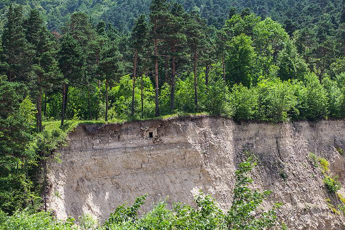 Сошедший склон обнажил древнюю могилу и частичку истории. По одной из версий, именно здесь была похоронена грузинская царица Тамара.