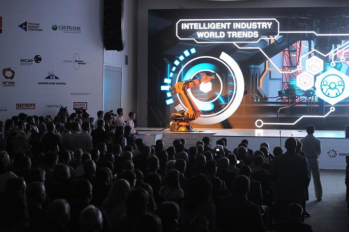 """Робот KUKA IIWA ведет презентацию на открытии выставки """"Иннопром-2014"""""""