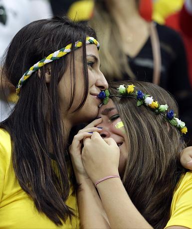 Расстроенные бразильские болельщицы