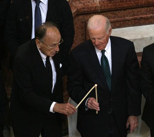 Экс-министр иностранных дел Германии Ганс Дитрих Геншер и бывший госсекретарь США Джеймс Бейкер во время траурной церемонии в Кафедральном соборе Святой Троицы