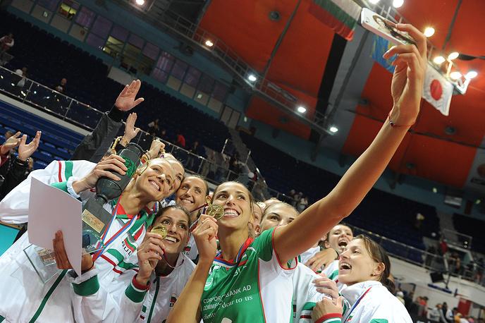 Игроки сборной Болгарии, победившие в финальном матче XII международного турнира по волейболу среди женских национальных сборных команд на Кубок Первого Президента РФ Б.Н.Ельцина