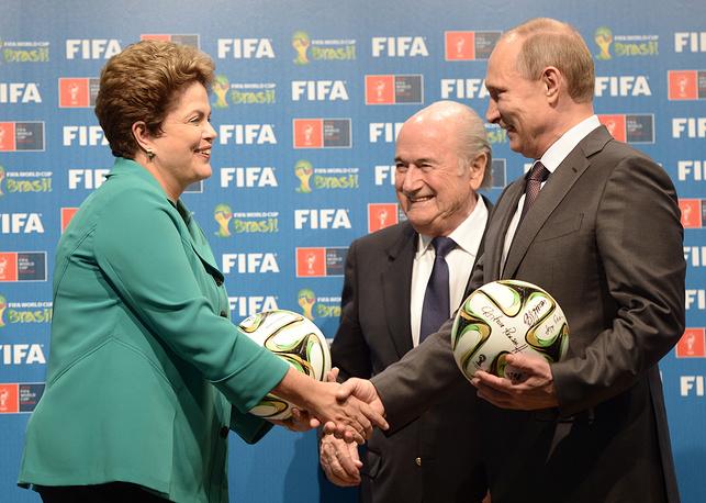 Президент Бразилии Дилма Роуссефф, президент ФИФА Йозеф Блаттер и Владимир Путин во время торжественной церемонии, посвященной передаче эстафеты проведения чемпионата мира по футболу в 2018 году в России. Рио-де-Жанейро, Бразилия, 13 июля