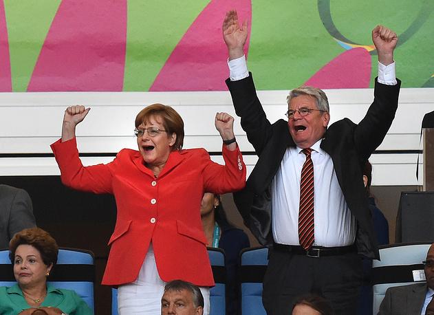 Ангела Меркель и президент Германии Йоахим Гаук празднуют победу немецкой сборной по футболу на чемпионате мира в Бразилии. Рио-де-Жанейро, 13 июля 2014 года