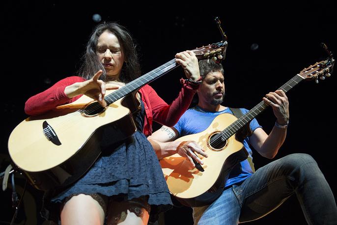 Мексиканские музыканты Габриэла Лопес и Родриго Санчес из группы Rodrigo Y Gabriela на сцене Auditorium Stravinski