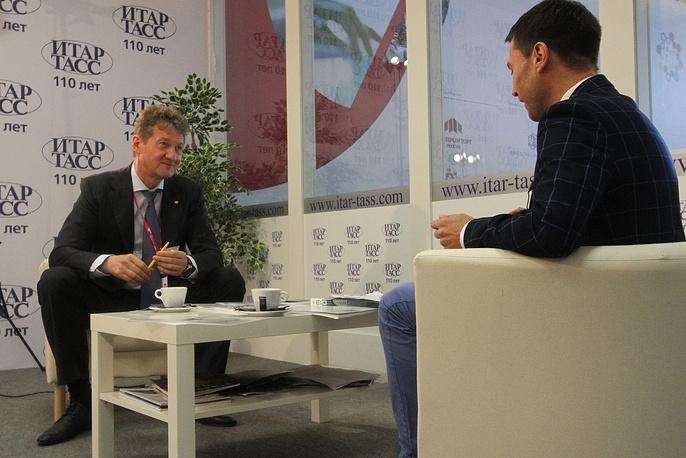 Андрей Козицын во время интервью в телепавильоне ИТАР-ТАСС