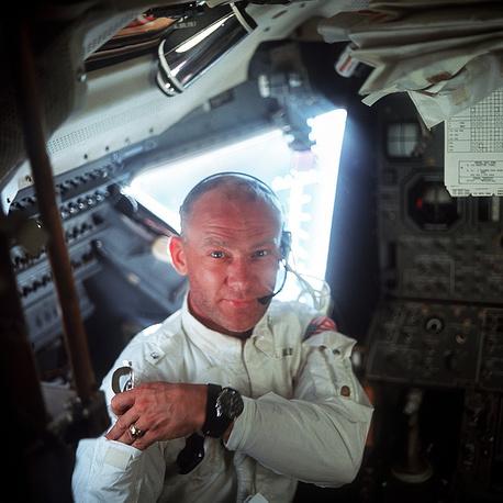 Пилот Эдвин Олдрин в лунном модуле корабля