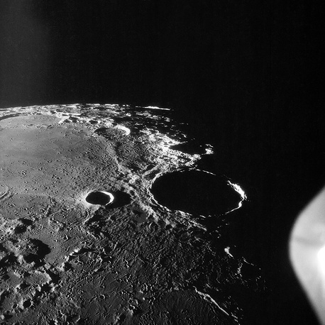 Большой кратер Феофил возле северо-западной оконечности Моря Нектара
