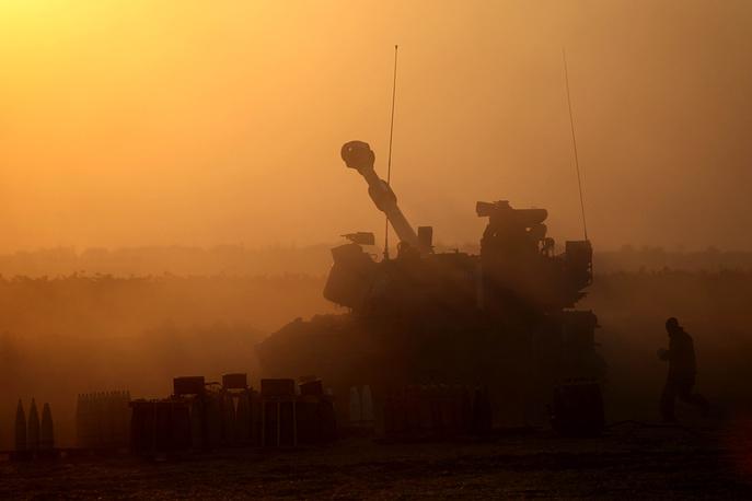 """За пять дней наземной операции """"Рубеж обороны"""" в секторе Газа погибли 29 израильтян и 130 палестинцев. На фото: израильская военная техника во время операции в секторе Газа"""