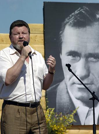 Губернатор Алтайского края Михаил Евдокимов во время Шукшинских чтений на горе Пикет. 2005 год