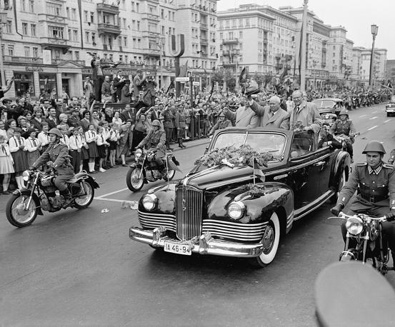 Первый секретарь ЦК КПСС Никита Хрущев предпочитал ЗИЛ-111 и ЗИЛ-111В с открытым верхом. На фото: визит Хрущева в Берлин, 1960 год