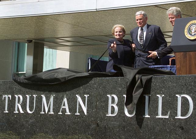 Президент Клинтон, государственный секретарь Мадлен Олбрайт и Джон Росс Трумэн на церемонии присвоения имени 33-го президента США Гарри Трумэна зданию госдепа в Вашингтоне. 22 сентября 2000 год