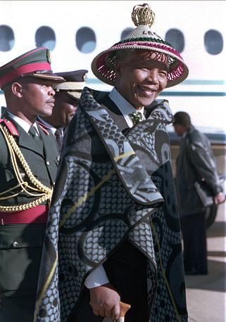 Президент ЮАР (1994-1999), лауреат Нобелевской премии мира 2013 года Нельсон Мандела в аэропорту Королевства Лесото, одетый в традиционные одежды короля Мошвешве, июль 1995 год