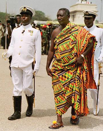 Одетый в традиционный костюм президент Ганы Джон Куфуор (2001-2009), в Аккре во время церемонии инаугурации в столице Ганы, 2001 год