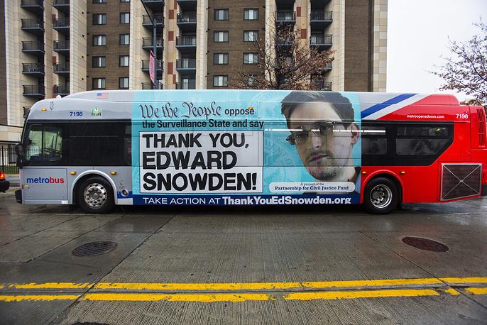 Американское общество в своем отношении к Сноудену за прошедший год развернулось на 180 градусов. Если в 2013 году, согласно опросам, 60% американцев были склонны подозревать его в предательстве, то в 2014 году 59% ответили, что считают его патриотом. На фото: автобус с портретом Сноудена на улицах Вашингтона, США