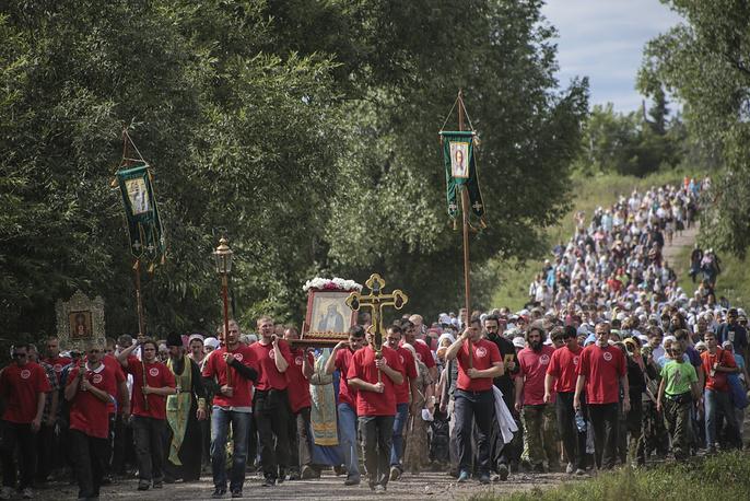 Люди прошли 18 км от храма во имя Святителя Николая Чудотворца в Болотном до Турнаево, где расположен храм Серафима Саровского