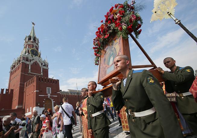 На Красной площади во время крестного хода от Храма Пророка Божия Илии