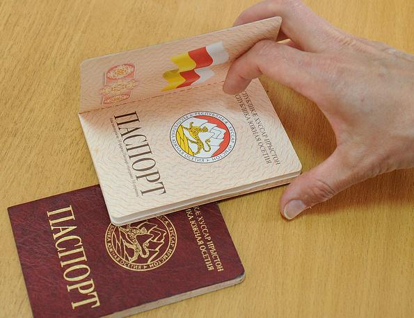 Паспорта, предъявленные перед голосованием во время второго тура президентских выборов в Южной Осетии, 2012 год