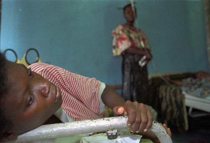 Болезнь Эбола является тяжелой острой вирусной инфекцией, сопровождающейся геморрагической лихорадкой, слабостью, мышечными болями, болью в горле, рвотой, диареей и кровотечением. На фото: инфицированная пациентка в госпитале в городе Киквит, ДР Конго, 1995 год
