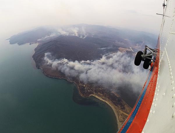 В апреле 2014 года пожароопасная обстановка сложилась в Сибирском и Дальневосточном федеральных округах. На фото: лесные пожары в Приморском крае, апрель 2014 года