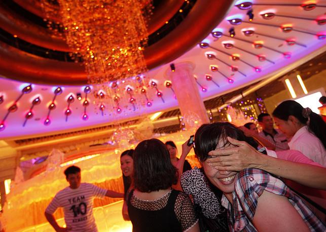Макао - единственное место в Китае, где можно легально играть в азартные игры. На фото: гости казино Galaxy в Макао