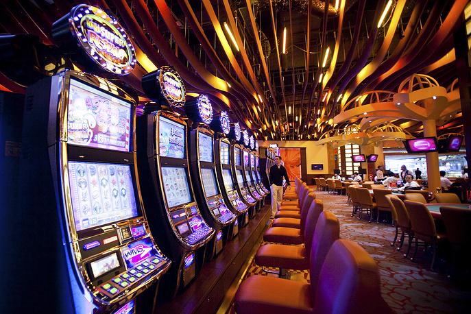 Третьей по величине игорной зоной после Макао и Лас-Вегаса считается Сингапур. 40-летний запрет на азартные игры был снят здесь в 2005 году. Легально действует лишь два казино - Resorts World Sentosa и Marina Bay Sands. На фото: интерьер казино Sentosa