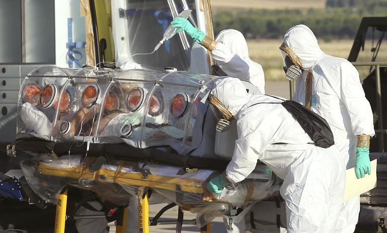8 августа Всемирная организация здравоохранения признала распространение вируса Эбола в Западной Африке угрозой международного значения. Число жертв с начала года составило более 900 человек. На фото: доставка испанского священника с вирусом Эбола из Либерии в Испанию
