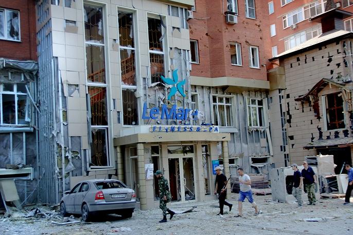 В четверг 7 августа украинские силовики нанесли артиллерийские удары по двум районам Донецка. В результате обстрела погибли четыре человека, был нанесен ущерб многоэтажным домам и зданиям инфраструктуры