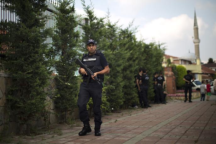 Полицейский у избирательного участка в Стамбуле, где будет голосовать премьер-министр Реджеп Тайип Эрдоган