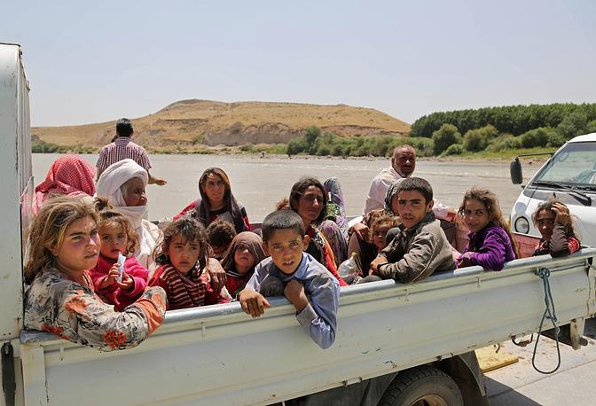 После захвата боевиками ИГ Синджара в труднодоступную горную местность переместились более 200 тыс. беженцев. На фото: езиды в лагере беженцев возле сирийско-иракской границы
