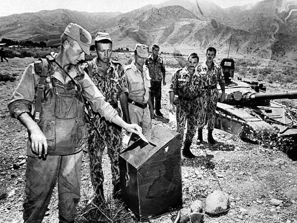 Выборы президента РФ, 1996 год. На фото: голосование в одном из подразделений 201-й российской дивизии, несущем службу в Таджикистане