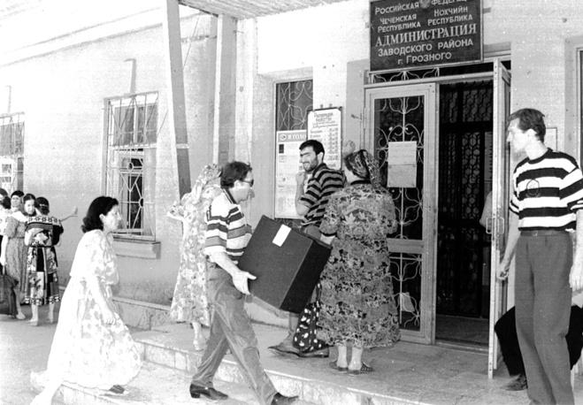 В мае - июле 1996 года российские власти пошли на переговоры с чеченскими сепаратистами, что позволило провести на территории Чечни президентские выборы. По итогам голосования во втором туре в Чечне победу одержал Борис Ельцин с результатом 73,38% голосов. На фото: Грозный, выборы президента РФ в 1996 году