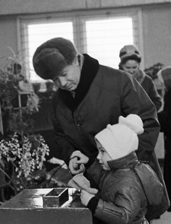 Московская область. Летчик-космонавт СССР Алексей Леонов с дочерью на избирательном участке в Звездном городке, выборы в Верховный Совет РСФСР 7 созыва, 1967 год. Верховный Совет РСФСР был высшим органом государственной власти до 1990 года и до 1978 года являлся высшим законодательным органом РСФСР. Избирался на четыре года (с 1978 по 1990 - на пять лет)