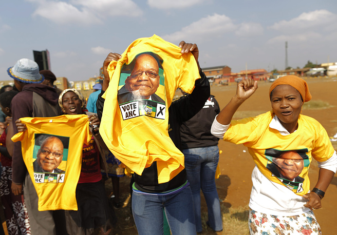 Сторонники Африканского национального конгресса размахивают футболками с портретом президента ЮАР Джейкоба Зумы, 2014 год