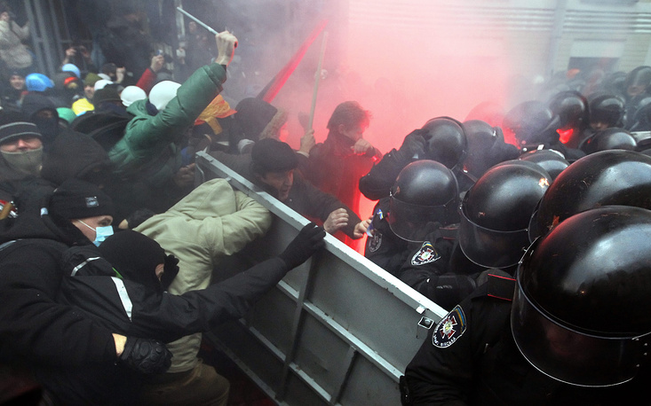 В ночь с 29 на 30 ноября 2013 года милиция впервые разогнала массовый митинг сторонников евроинтеграции на площади Независимости. Десятки людей пострадали, в том числе десять сотрудников правоохранительных органов. 30 ноября на Михайловской площади в Киеве прошла акция протеста против действий силовиков