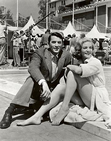"""Грегори Пек и Лорен Бэколл во время съемок фильма """"Модельерша"""" в Беверли-Хиллз, 1957 год"""