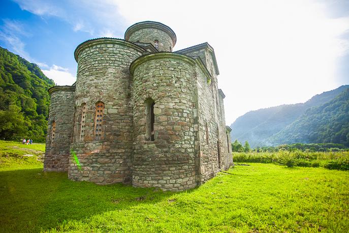 Один из трех христианских храмов, построенных тысячу лет назад в долине реки Большой Зеленчук. Здесь же находится Нижне-Архызское городище — возможная столица древней Алании, входящее в число крупнейших в стране памятников раннего Средневековья.