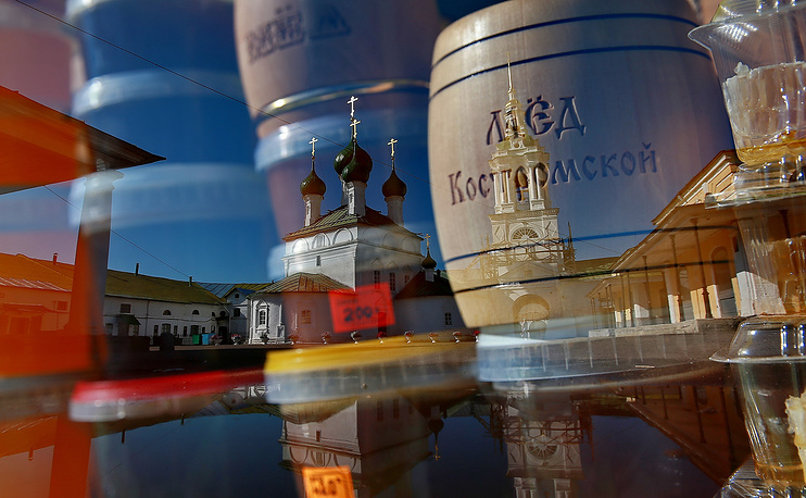 Православные христиане отмечают Медовый Спас и начало Успенского поста. На фото: продажа меда на праздничной ярмарке в Костроме