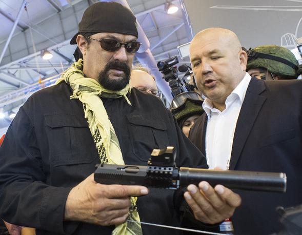 Стивен Сигал с самозарядным пистолетом Сердюкова (СПС) с глушителем