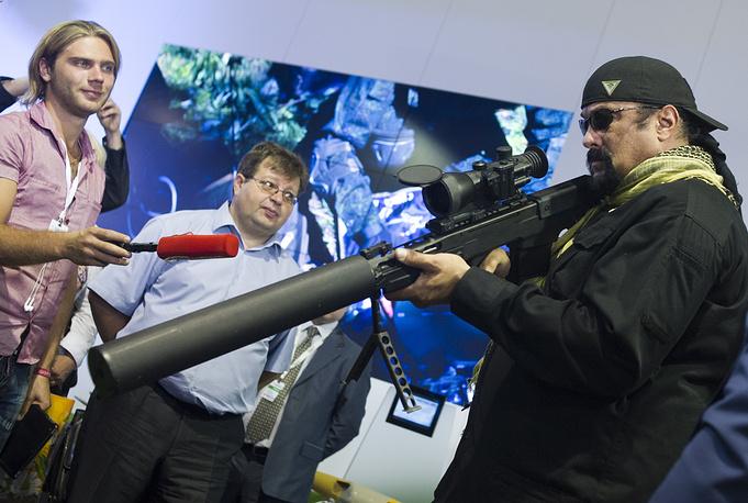 """Стивен Сигал рассматривает оружие на выставке вооружений """"Оборонэкспо-2014"""""""