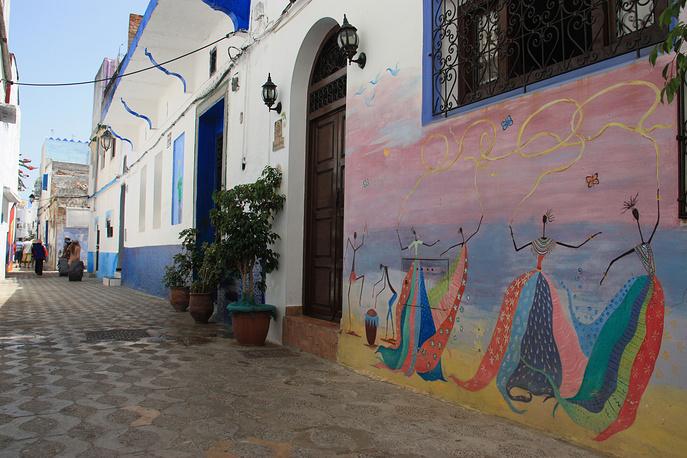 Женщины, танцующие в ярких нарядах, - один из любимых сюжетов марокканских стенописцев