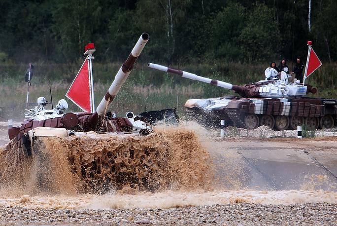 Танки Т-72Б экипажа из Казахстана во время эстафетной гонки