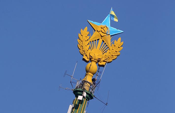 В ночь на 20 августа хулиганы покрасили звезду и вывесили флаг Украины на высотном здании на Котельнической набережной