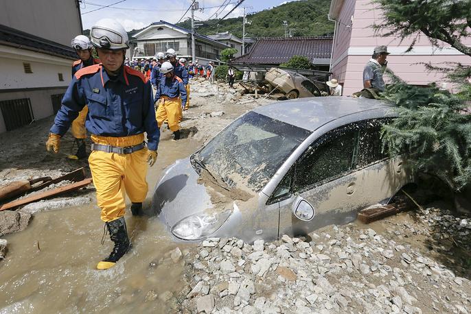 В Хиросиме ливневые дожди привели к сходу оползня. Число жертв достигло 39 человек, семь человек пропали без вести. На фото: спасательные работы в Хиросиме, Япония, 21 августа