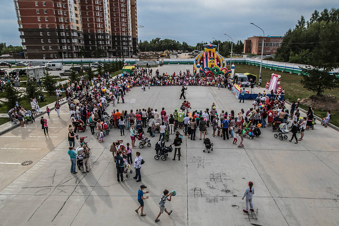 Парад детских колясок проходит в Новосибирске уже в третий раз
