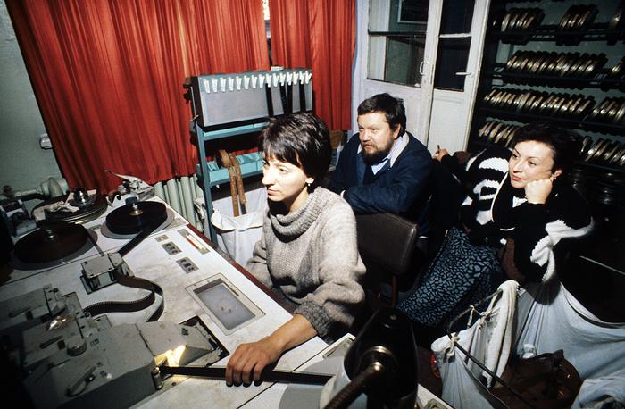 """Соловьев в монтажной студии во время работы над фильмом """"Асса"""", 1987 год"""