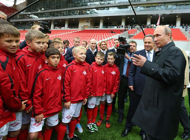 Президент РФ Владимир Путин и министр спорта РФ Виталий Мутко (справа налево)